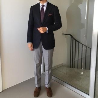 С чем носить темно-пурпурный галстук с принтом мужчине: Несмотря на то, что этот лук кажется довольно консервативным, сочетание темно-синего пиджака и темно-пурпурного галстука с принтом неизменно нравится джентльменам, а также пленяет сердца женского пола. Очень подходяще здесь будут выглядеть темно-коричневые замшевые оксфорды.
