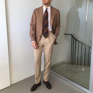 С чем носить пурпурные носки мужчине: Если день обещает быть сумасшедшим, сочетание коричневого пиджака и пурпурных носков позволит составить удобный образ в непринужденном стиле. Хочешь сделать ансамбль немного строже? Тогда в качестве дополнения к этому образу, стоит обратить внимание на темно-коричневые кожаные лоферы.