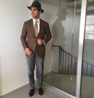 С чем носить темно-серую шерстяную шляпу мужчине: Если этот день тебе предстоит провести в движении, сочетание коричневого пиджака и темно-серой шерстяной шляпы поможет создать комфортный лук в расслабленном стиле. Завершив образ темно-коричневыми кожаными лоферами, получим поразительный результат.