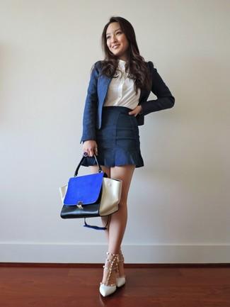 Как и с чем носить: темно-синий пиджак, белая классическая рубашка, темно-синяя джинсовая мини-юбка, белые кожаные туфли с шипами
