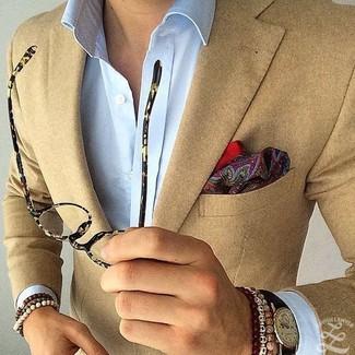 """Как и с чем носить: светло-коричневый пиджак, голубая классическая рубашка, темно-красный нагрудный платок с """"огурцами"""", черные кожаные часы"""