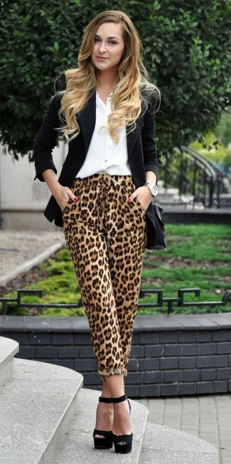 Как и с чем носить: черный пиджак, белая классическая рубашка, светло-коричневые пижамные штаны с леопардовым принтом, черные замшевые массивные босоножки на каблуке