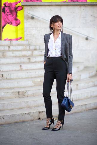 Синяя кожаная сумка-саквояж: с чем носить и как сочетать: Если ты делаешь ставку на удобство и функциональность, серый шерстяной пиджак и синяя кожаная сумка-саквояж — хороший выбор для стильного повседневного лука. Пара черных кожаных туфель легко вписывается в этот ансамбль.