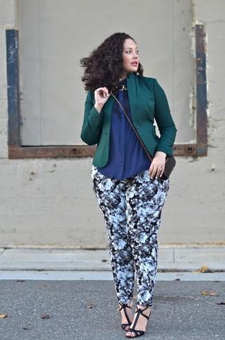 Золотое колье: с чем носить и как сочетать: Сочетание темно-зеленого пиджака и золотого колье - самый простой из возможных луков для активного выходного дня. Черные кожаные босоножки на каблуке неплохо дополнят этот наряд.