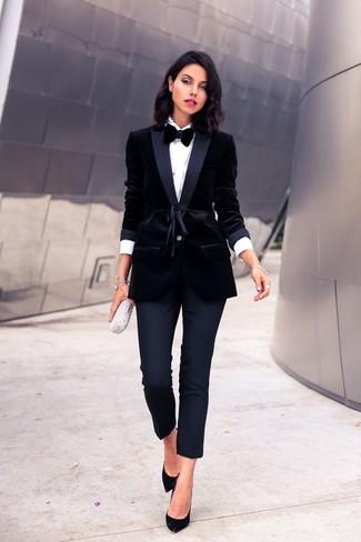 Как и с чем носить: черный бархатный пиджак, белая классическая рубашка, черные узкие брюки, черные замшевые туфли