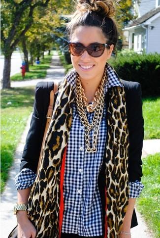 Как и с чем носить: черный пиджак, бело-темно-синяя классическая рубашка в мелкую клетку, светло-коричневый шарф с леопардовым принтом, коричневые солнцезащитные очки с леопардовым принтом
