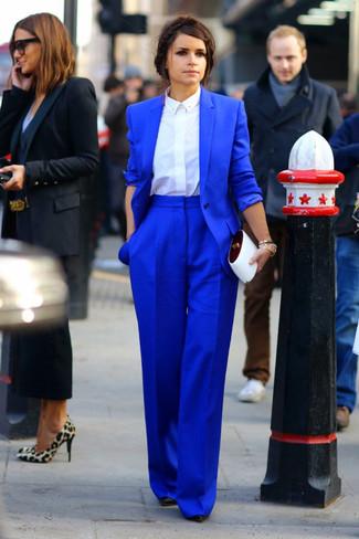 Как Miroslava Duma носит Синий пиджак, Белая классическая рубашка, Синие широкие брюки, Черные кожаные туфли