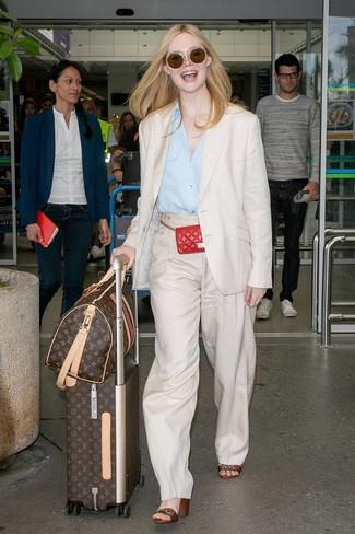 Как Elle Fanning носит Бежевый льняной пиджак, Голубая классическая рубашка, Бежевые льняные широкие брюки, Разноцветные кожаные босоножки на каблуке в горизонтальную полоску
