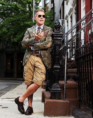 Как Nick Wooster носит Оливковый пиджак с камуфляжным принтом, Голубая классическая рубашка, Светло-коричневые шорты, Темно-коричневые кожаные туфли дерби