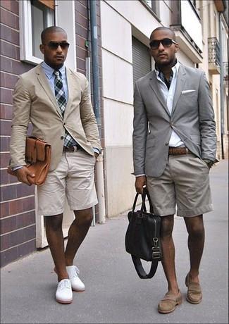 Как и с чем носить: серый пиджак, белая классическая рубашка, серые шорты, коричневые замшевые лоферы