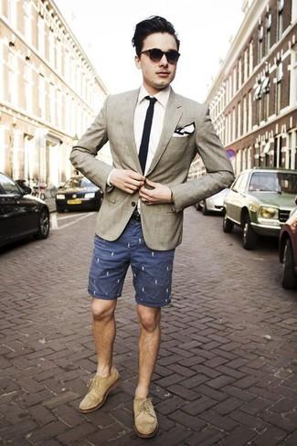 Как и с чем носить: бежевый пиджак в шотландскую клетку, белая классическая рубашка, темно-синие шорты с принтом, бежевые замшевые броги