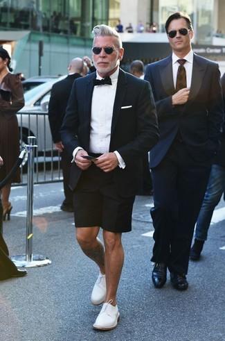 Как Nick Wooster носит Черный пиджак, Белая классическая рубашка, Черные шорты, Белые кожаные туфли дерби