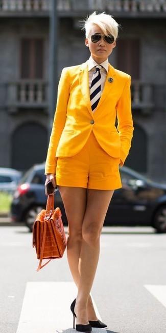 Как и с чем носить: желтый пиджак, белая классическая рубашка в вертикальную полоску, желтые шорты, черные замшевые туфли