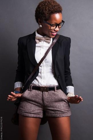 Как и с чем носить: черный пиджак, белая классическая рубашка, серые шерстяные шорты, темно-коричневая кожаная сумка через плечо