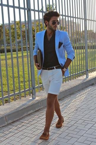 Как и с чем носить: бирюзовый пиджак, черная классическая рубашка, белые шорты, табачные замшевые лоферы с кисточками