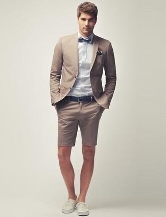 Как и с чем носить: светло-коричневый пиджак, голубая классическая рубашка, светло-коричневые шорты, бежевые низкие кеды