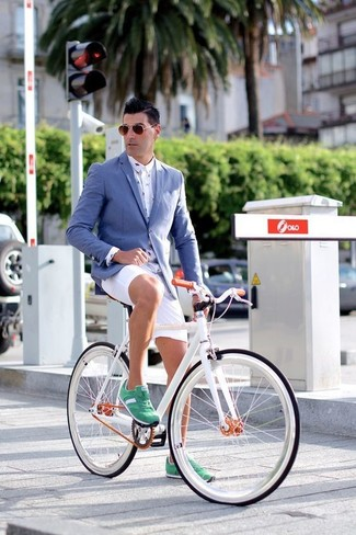 Как и с чем носить: синий пиджак, белая классическая рубашка с принтом, белые шорты, зеленые замшевые низкие кеды