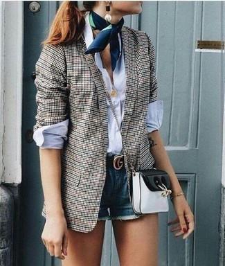 Как и с чем носить: серый пиджак в мелкую клетку, белая классическая рубашка, синие джинсовые шорты, черно-белая кожаная сумка через плечо