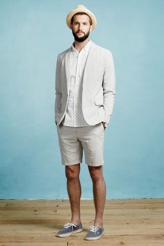 Как и с чем носить: серый пиджак, белая классическая рубашка в горошек, серые шорты, темно-синие низкие кеды из плотной ткани