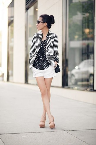 Как и с чем носить: бело-черный пиджак в горизонтальную полоску, черно-белая шифоновая классическая рубашка в горошек, белые шорты, бежевые кожаные туфли