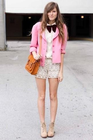 Как и с чем носить: розовый шелковый пиджак, белая классическая рубашка, белые кружевные шорты, бежевые замшевые ботильоны