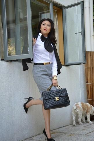 Как и с чем носить: черный пиджак, белая классическая рубашка, серая юбка-карандаш, черные кожаные туфли