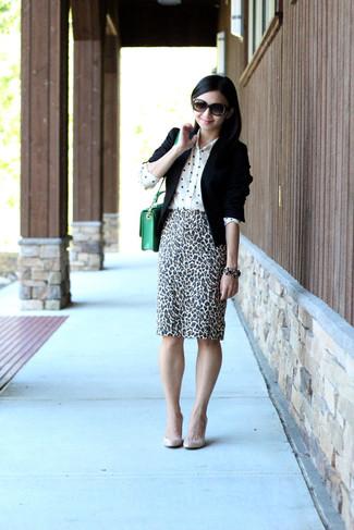 Как и с чем носить: черный пиджак, белая шелковая классическая рубашка в горошек, бело-черная юбка-карандаш с леопардовым принтом, бежевые кожаные туфли