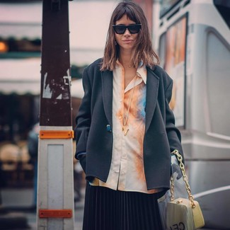 Как и с чем носить: черный пиджак, оранжевая классическая рубашка c принтом тай-дай, черная юбка-миди со складками, желтая кожаная сумочка