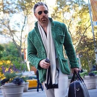 Темно-зеленый вязаный пиджак: с чем носить и как сочетать мужчине: Несмотря на то, что этот лук кажется довольно консервативным, дуэт темно-зеленого вязаного пиджака и серых классических брюк неизменно нравится джентльменам, неизбежно покоряя при этом дамские сердца.
