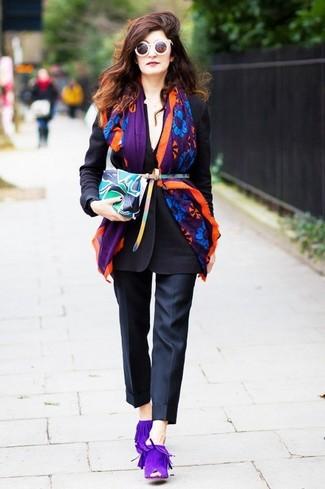 Как и с чем носить: черный пиджак, черные классические брюки, фиолетовые замшевые сабо, разноцветный кожаный клатч с принтом