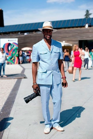 Как и с чем носить: голубой пиджак, голубые классические брюки, белые замшевые туфли дерби, белая соломенная шляпа