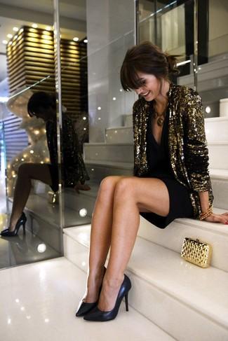 Золотой пиджак с пайетками и черное коктейльное платье можно надеть как на работу, так на прогулку. Если ты не боишься сочетать в своих луках разные стили, на ноги можно надеть черные кожаные туфли.