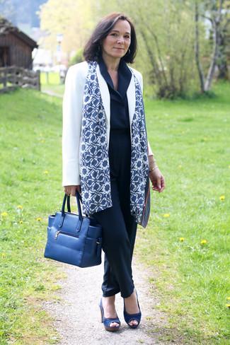 Как и с чем носить: белый пиджак, темно-синий комбинезон, темно-синие босоножки на каблуке из плотной ткани, темно-синяя кожаная большая сумка