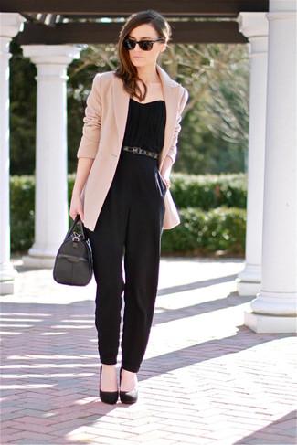 Модный лук: Бежевый пиджак, Черный комбинезон, Черные замшевые туфли, Черная кожаная сумочка