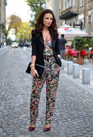 Как и с чем носить: черный пиджак, черный комбинезон с цветочным принтом, темно-красные кожаные туфли, черный кожаный клатч