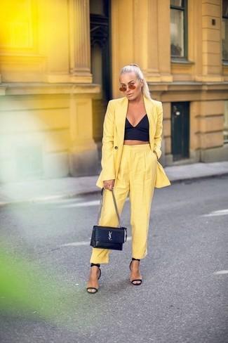 Как и с чем носить: желтый пиджак, черный корсет, желтые брюки-галифе, черные кожаные босоножки на каблуке