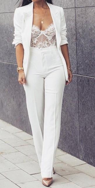 Как и с чем носить: белый пиджак, белый кружевной корсет, белые брюки-клеш, бежевые кожаные туфли