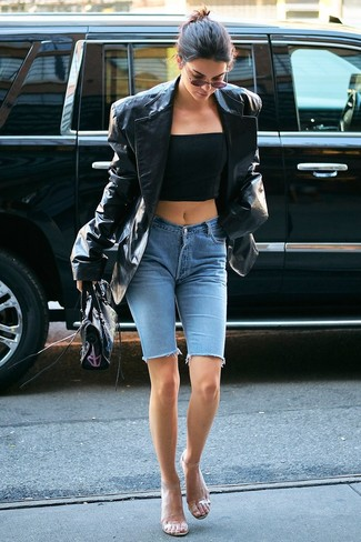 Как и с чем носить: черный кожаный пиджак, черный корсет, голубые джинсовые велосипедки, прозрачные резиновые босоножки на каблуке