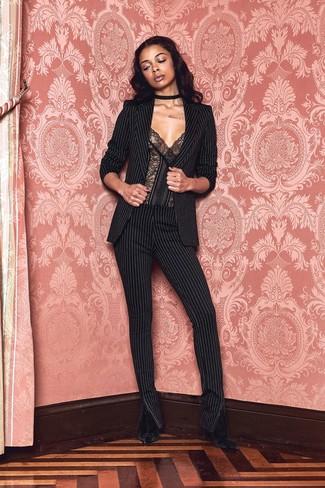 Как и с чем носить: черный пиджак в вертикальную полоску, черный кружевной корсет, черные узкие брюки в вертикальную полоску, черные бархатные ботильоны