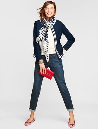 Как и с чем носить: темно-сине-белый пиджак, белая кофта с коротким рукавом, темно-синие джинсы-бойфренды, бело-красные кожаные балетки