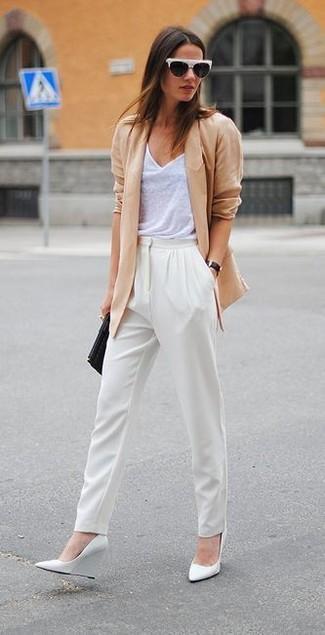 Как и с чем носить: светло-коричневый пиджак, белая майка, белые брюки-галифе, белые кожаные туфли на танкетке