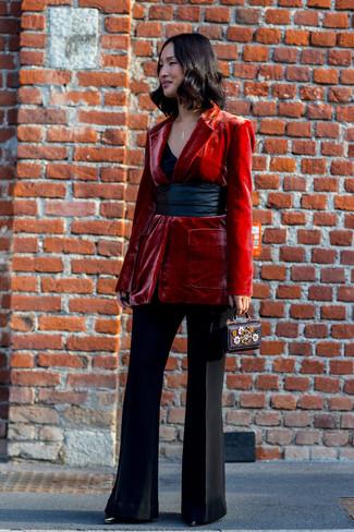 Как и с чем носить: красный бархатный пиджак, черная майка, черные брюки-клеш, черные кожаные ботильоны