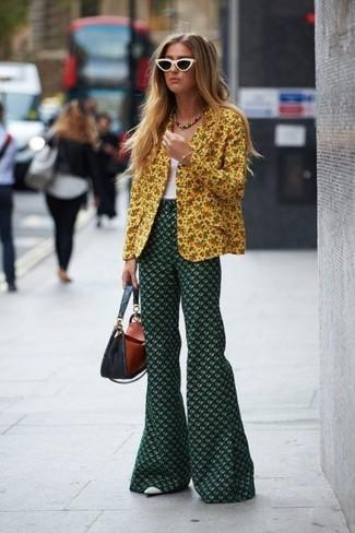 Как и с чем носить: желтый пиджак с цветочным принтом, белая майка, темно-зеленые брюки-клеш с цветочным принтом, белые кожаные туфли