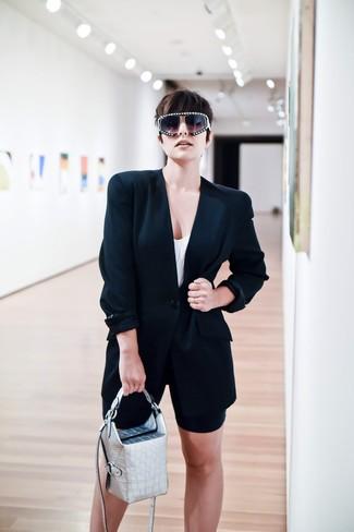 Как и с чем носить: черный пиджак, белая майка, черные велосипедки, серебряная кожаная сумочка