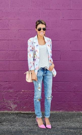 Поклонницам стиля casual должно понравиться сочетание голубого пиджака с цветочным принтом и голубых рваных джинсов-бойфрендов. Что касается обуви, можно отдать предпочтение удобству и выбрать розовая обувь.