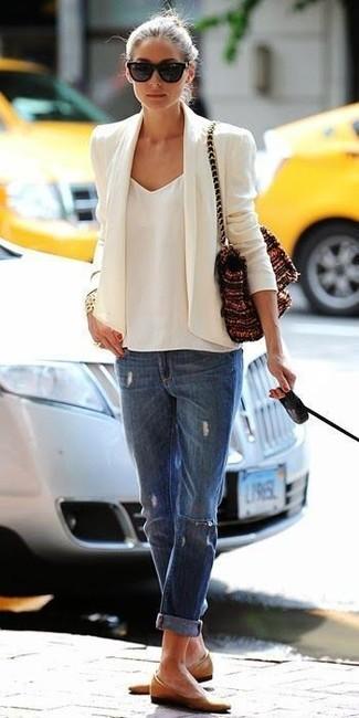 Как Olivia Palermo носит Белый пиджак, Белая шифоновая майка, Синие рваные джинсы-бойфренды, Светло-коричневые кожаные балетки