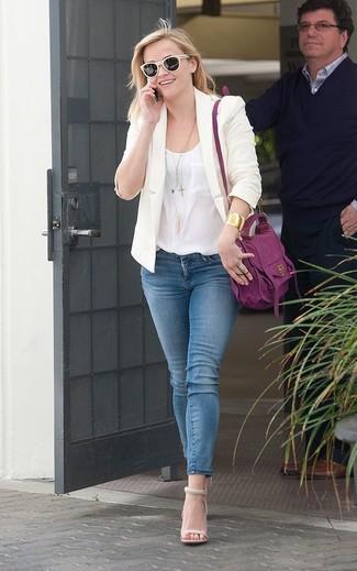 Бежевый пиджак будет смотреться гармонично с синими джинсами скинни. И почему бы не добавить в этот образ элегантности с помощью бежевых кожаных босоножек на каблуке?