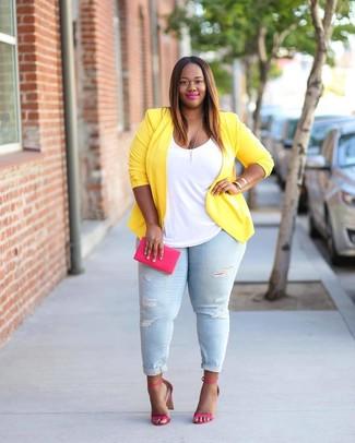 Как и с чем носить: желтый пиджак, белая майка, голубые рваные джинсы скинни, ярко-розовые кожаные босоножки на каблуке