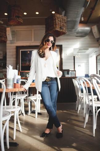 Как и с чем носить: белый пиджак, белая шелковая майка, темно-синие джинсы скинни, черные кожаные сабо