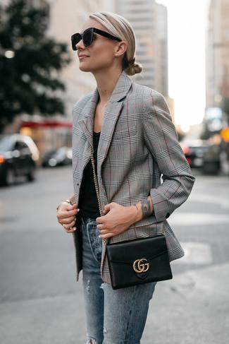 Как и с чем носить: серый пиджак в шотландскую клетку, черная майка, синие рваные джинсы скинни, черная кожаная сумка через плечо